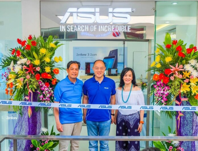 From left to right: Mr. Paul Benedict Tinsay (PlayTelecom CEO and President), Mr. George Su (ASUS Philippines Systems Group Country Manager), and Ms. Jacqueline Wong Tinsay (PlayTelecom General Manager), pre-ribbon cutting at the Boracay D'Mall Concept Store